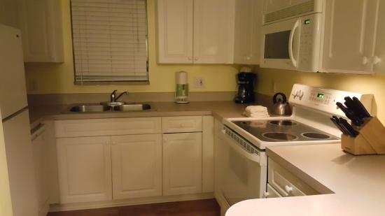 Lahaina Inn Resort: 3 bed unit kitchen