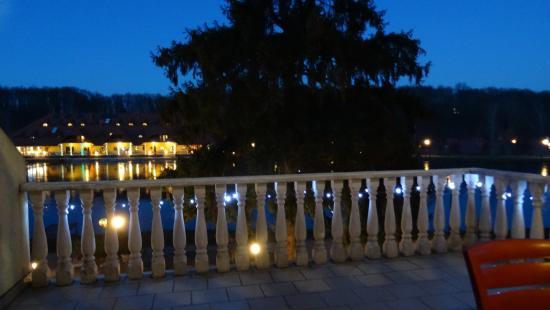 Jarnoltowek, Polen: Widok z balkonu na hotel Gorzelanny wieczorem