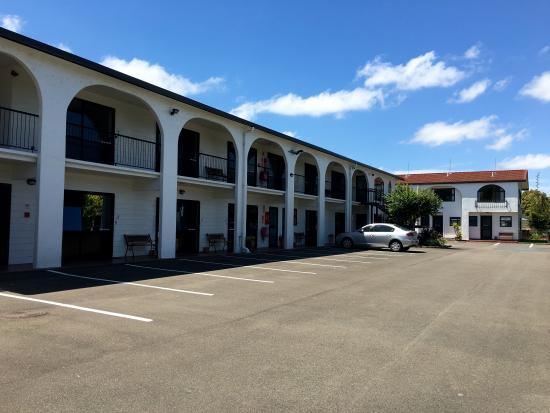 Hacienda Motel: Parking Outside Rooms