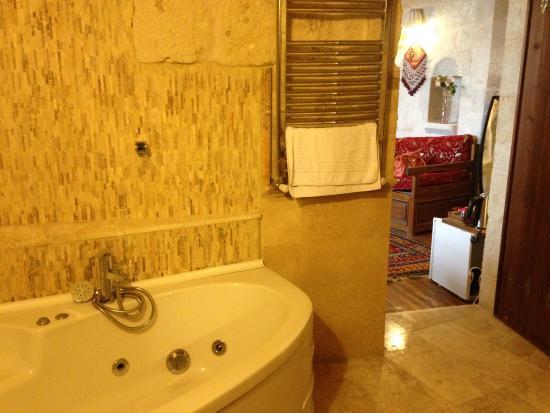 Divan Cave House: Bathroom whirlpool