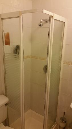 Adelphi Guesthouse: Shower cabin falling apart