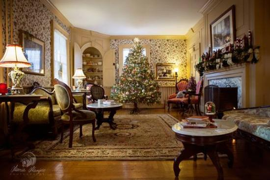 Main Street Manor Bed & Breakfast Inn: Our Entry Foyer at Christmastime