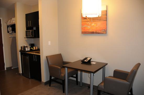 Bonnyville, Canadá: Two Queen Suite room with Wet Bar