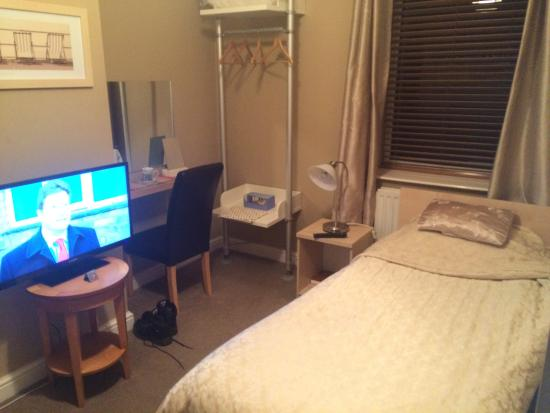 Shaw, UK: 1st bed and tv area and kettle