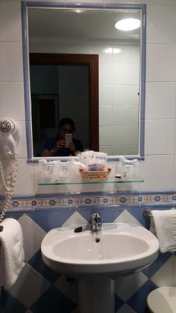 Hotel Goya: bathroom with hair dryer