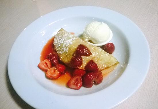 Sippy Downs, Avustralya: Dessert: Strawberry crepe served with ice cream