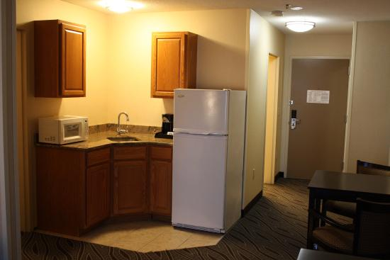 Ludlow, MA: King Suite kitchenette
