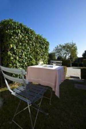 Saint Sulpice, Szwajcaria: Hotel Terrace/Garden