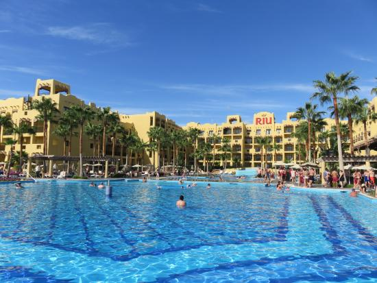 Hotel Riu Santa Fe: Main pool by the beach where daily activities take place