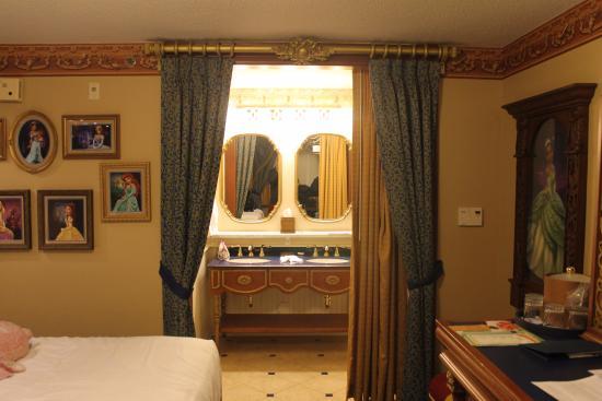 Bathroom picture of disney39s port orleans resort for Riverside park bathrooms