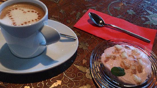 Interlaken - Cafe Treff - Himbeer-Sahne-Törtchen mit Kaffee
