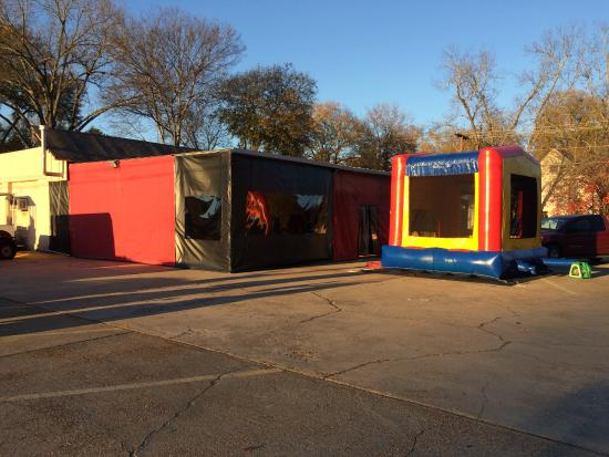 "Monroe, Луизиана: ""Dining Tent"" and kids Bounce House!"