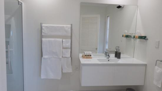 The Pillars Retreat: Sunset Suite bathroom