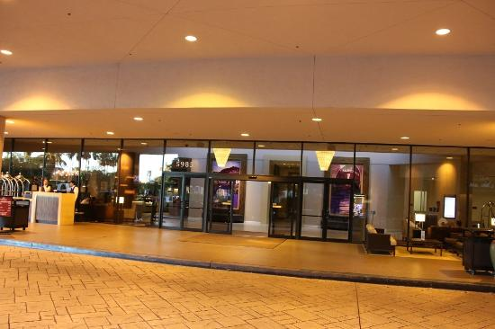 forecourt picture of crowne plaza los angeles. Black Bedroom Furniture Sets. Home Design Ideas