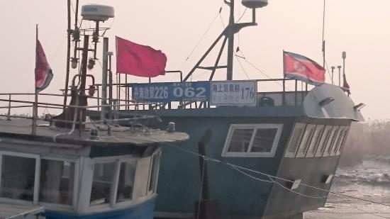 Dandong, Cina: 海上貿易船