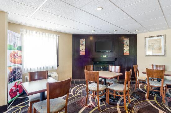 Quality Inn: Breakfast Seating
