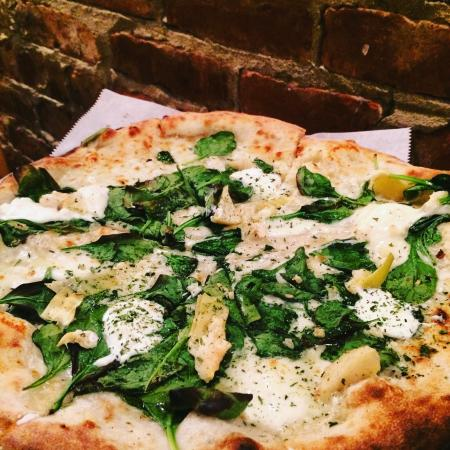 Kingston Springs, TN: Perfect Road Trip stop!  Delicious White Pizza!