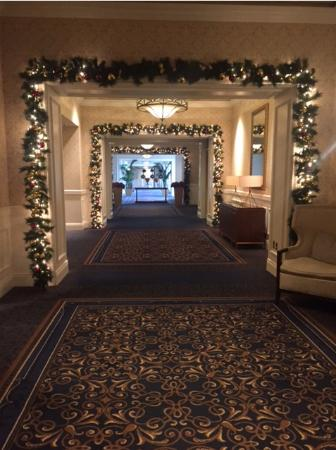 The Ritz-Carlton, Half Moon Bay: Beautifully decorated hotel grounds