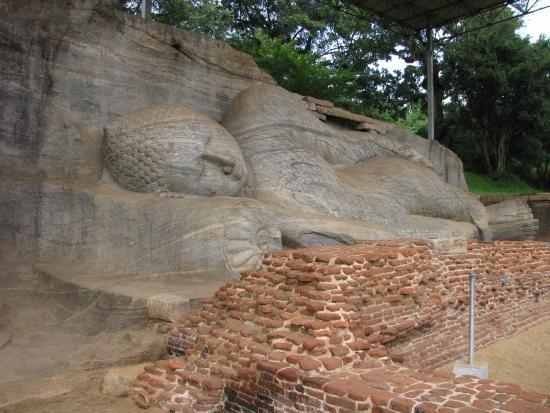 The Village Polonnaruwa: Liggende bouddha Polonnuruwa