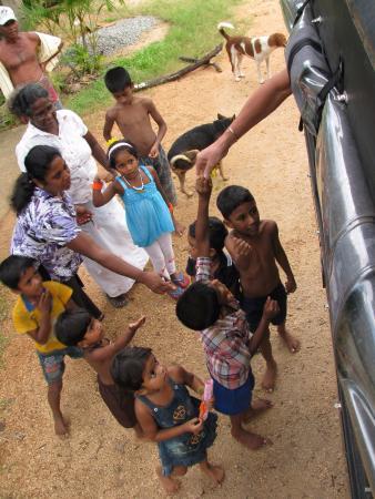 The Village Polonnaruwa: Jeep dorpentocht - De kinderen zijn gek op pennen, ballonnen en snoepjes