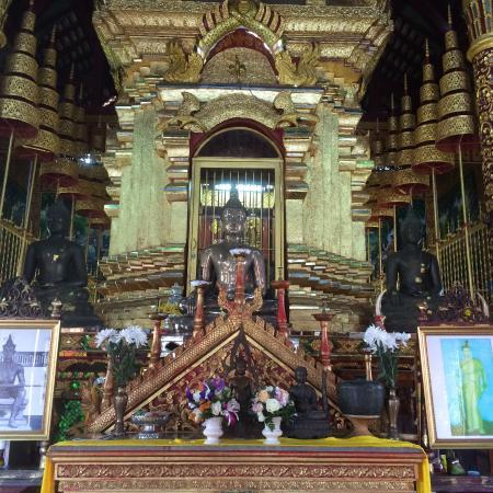 Wat Chiang Man: 礼拝堂内部