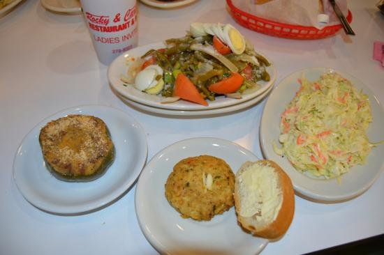 Chalmette, Luizjana: My dinner, bean salad, cole slaw, a crab cake and a stuffed pepper