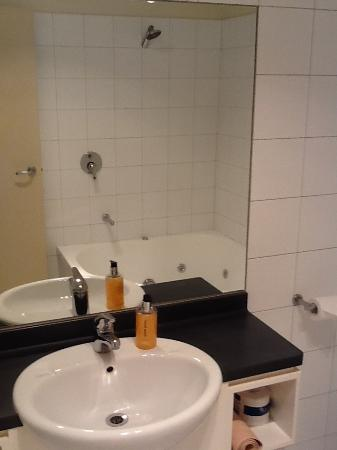 Ballina Motel: Washbasin and bath