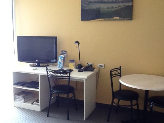 Ballina Motel: Desk and TV