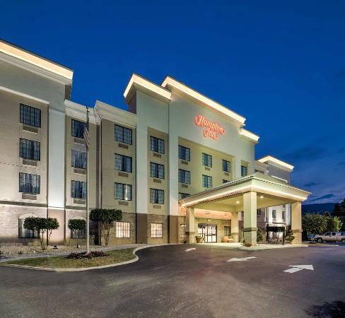 Salem, VA: Hotel Exterior at Night