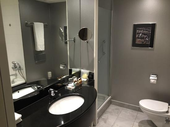 Badkamer / Bathroom in Suite - Picture of Sheraton Amsterdam Airport ...