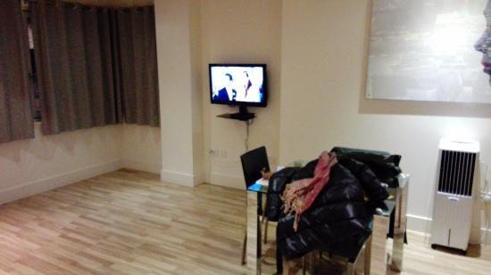 Staycity Serviced Apartments West End: comedor grande con cocina americana y sofa cama