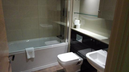 Staycity Serviced Apartments West End: Baño amplio nuevo y limpio