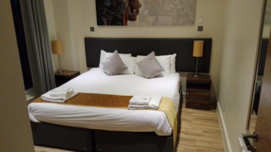 Staycity Serviced Apartments West End: Cama grande habitación amplia