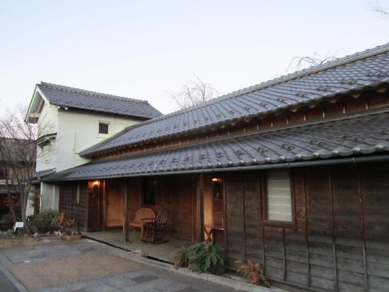 Guest House Obuse: 平屋部分はツインルーム3部屋、奥の蔵部分がスイートルーム。