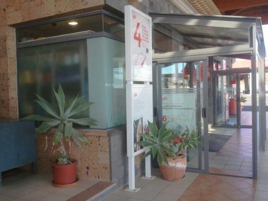Montaña Roja Bar-Cafeteria : Вид со входа в кафе - на заправку вход