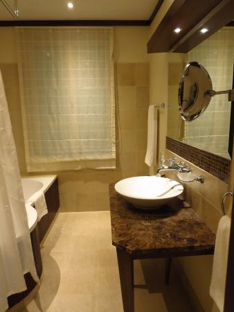Mamaison Hotel Le Regina Warsaw: Bathroom in Superior room at Le Regina