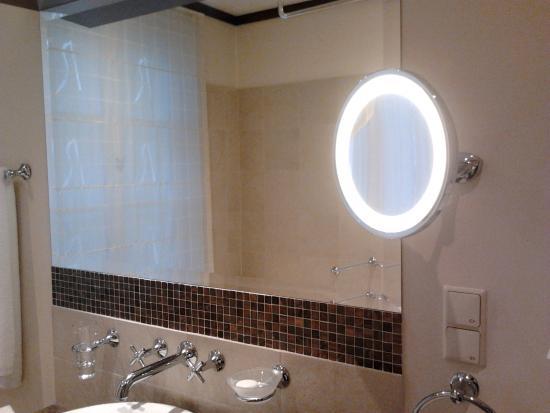 Mamaison Hotel Le Regina Warsaw: Bathroom mirrors in Superior room at Le Regina