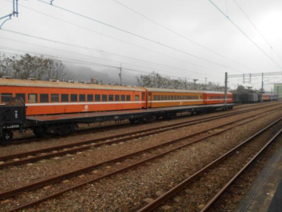 Ershui Station: 駅構内には使われなくなった旧型客車が留置されています