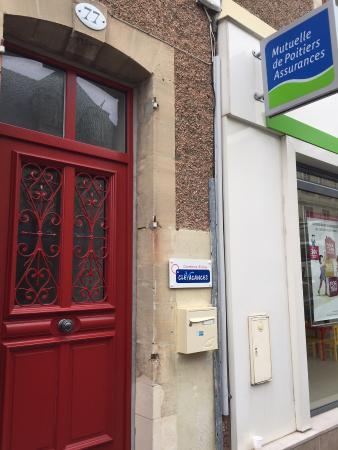 Chambres d'hotes Le Logis de Saint-Jean: Entrance - red door