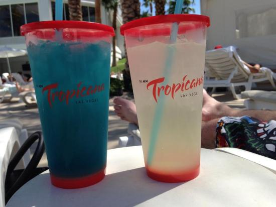 Tropicana Las Vegas - A DoubleTree by Hilton Hotel: Cocktails round the pool