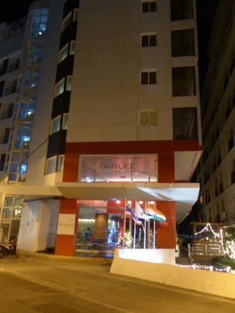 "The ASHLEE Heights Hotel & Suites: Entrée de l'hôtel ""by night"""