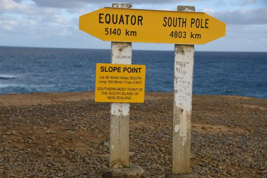 Waikawa, Nouvelle-Zélande : Signpost at the point