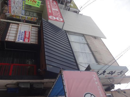 Kawachinagano, ญี่ปุ่น: 他の店に埋もれそうな地味で小さい店構え