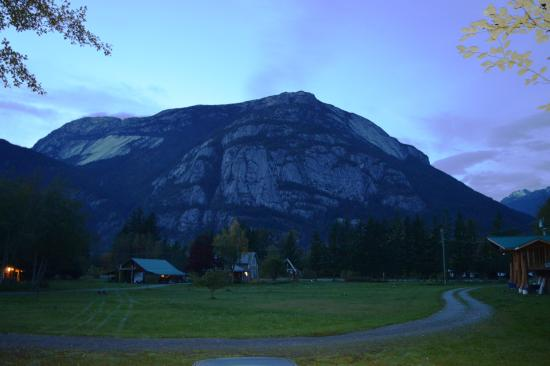 Bella Coola, Canadá: Twilight scenery from our cabin