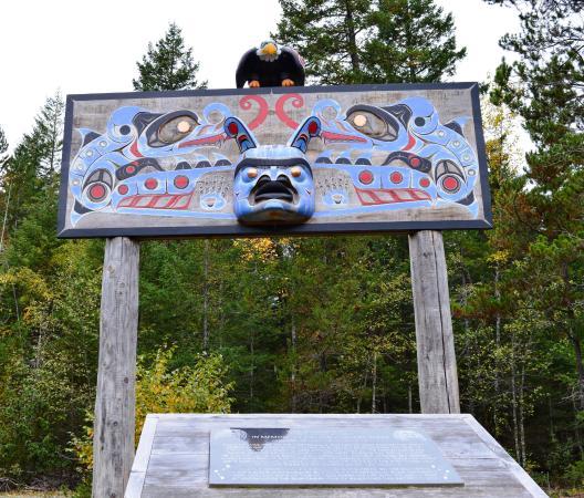 Bella Coola, Canada: Nusq'lst memorial pole