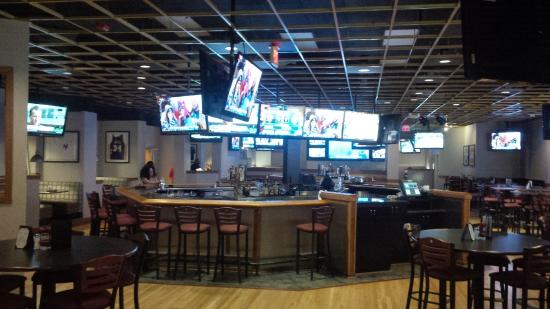 Hilton North Raleigh/Midtown: Restaurant with bar located in hotel