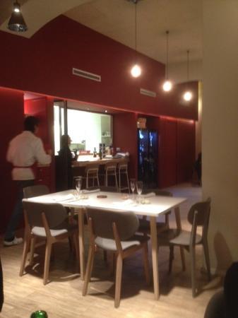 la sala con cucina a vista - Foto di La Maniera di Carlo, Milano ...