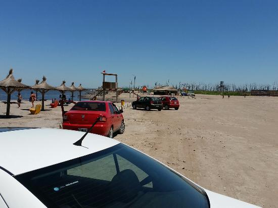Carhue, Argentina: Estacionamiento pegado a la playa