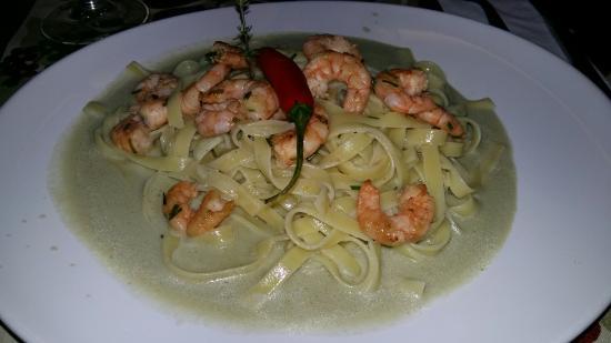 Restaurante Malagueta: Bolinho de bacalhau delicioso! Talharim com molho de gorgonzola e camarões divino.