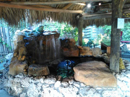 Sunset Cove Beach Resort: tiki hut with bbq and sitting area